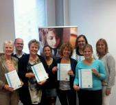 Deelnemers aan de leergang Mediacoach in de praktijk met hun behaalde certificaat