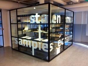Stalenkast in de bibliotheek van het TextielMuseum in Tilburg