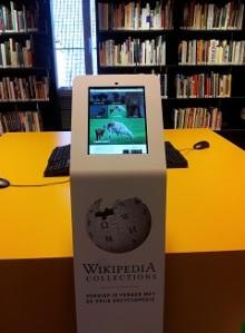 Wikipedia zuil met textielinformatie in de bibliotheek van het Textielmuseum in Tilburg