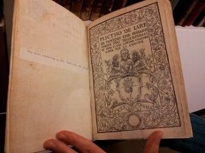 Oudste boek (1548) uit de bibliotheek van het Textielmuseum in Tilburg